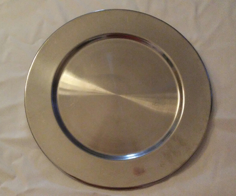 101-party-hire--under-plates-gold-&amp-silver